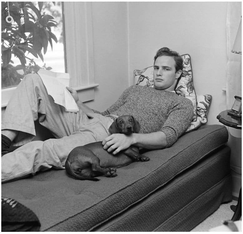 """Marlon Brando (1949) mit Dackel """"Kurtze Beiner"""""""