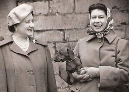 Queen Elizabeth und die Queen Mum mit Zwergkurzhaardackel Nicky