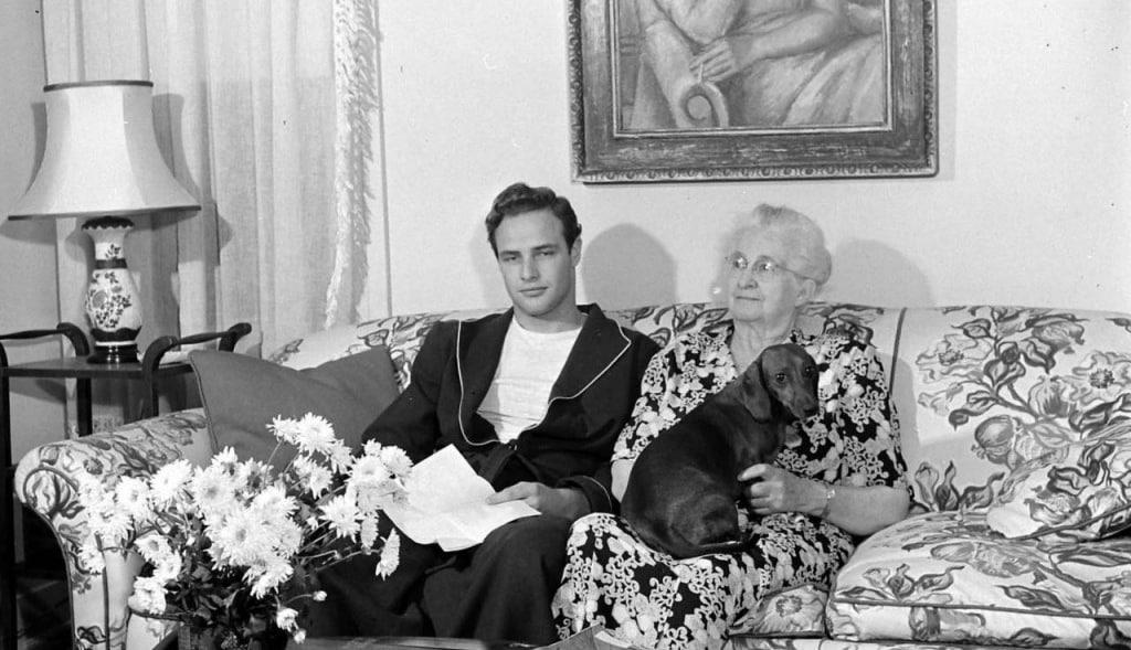 """Marlon Brando mit seiner Oma Elizabeth Myers und Kurzhaardackel """"Kurtze Beiner"""""""