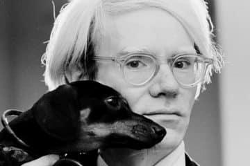Andy Warhol mit seinem Dackel Archie (1973)